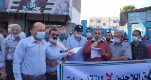 اللجنة الشعبية للاجئين تنظم وقفة احتجاجية ضد تقليصات وكالة الغوث بخان يونس